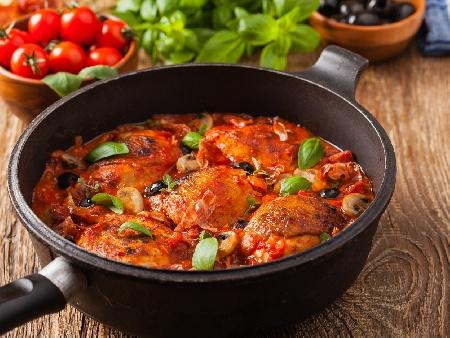 Пиле Качаторе - италианска ловджийска яхния с пилешки бутчета, червено вино, чушки и гъби, сушени домати и босилек - снимка на рецептата